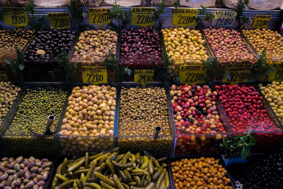 Marktstand mit Oliven und Peperoni in Istanbul, Türkei