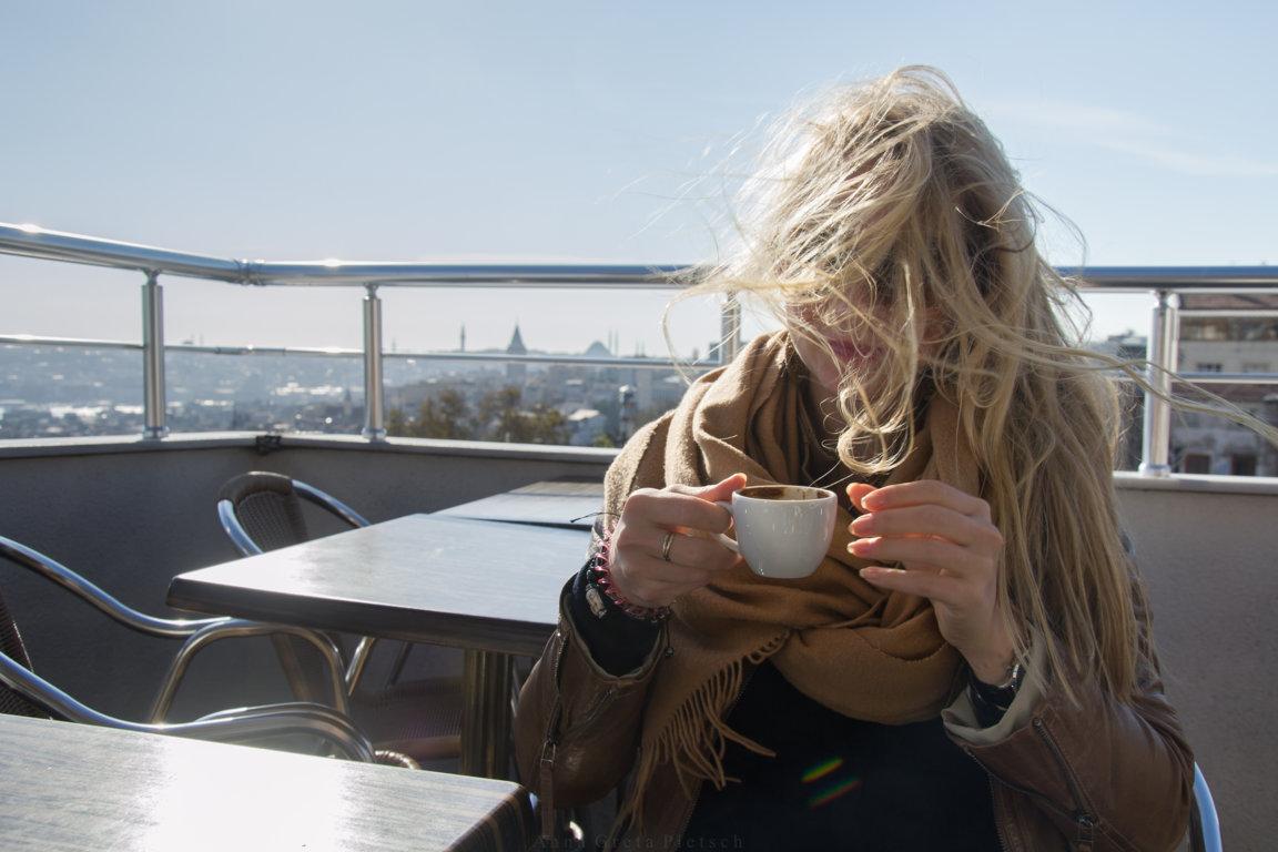 Wind auf einer Dachterrasse in Istanbul, Türkei