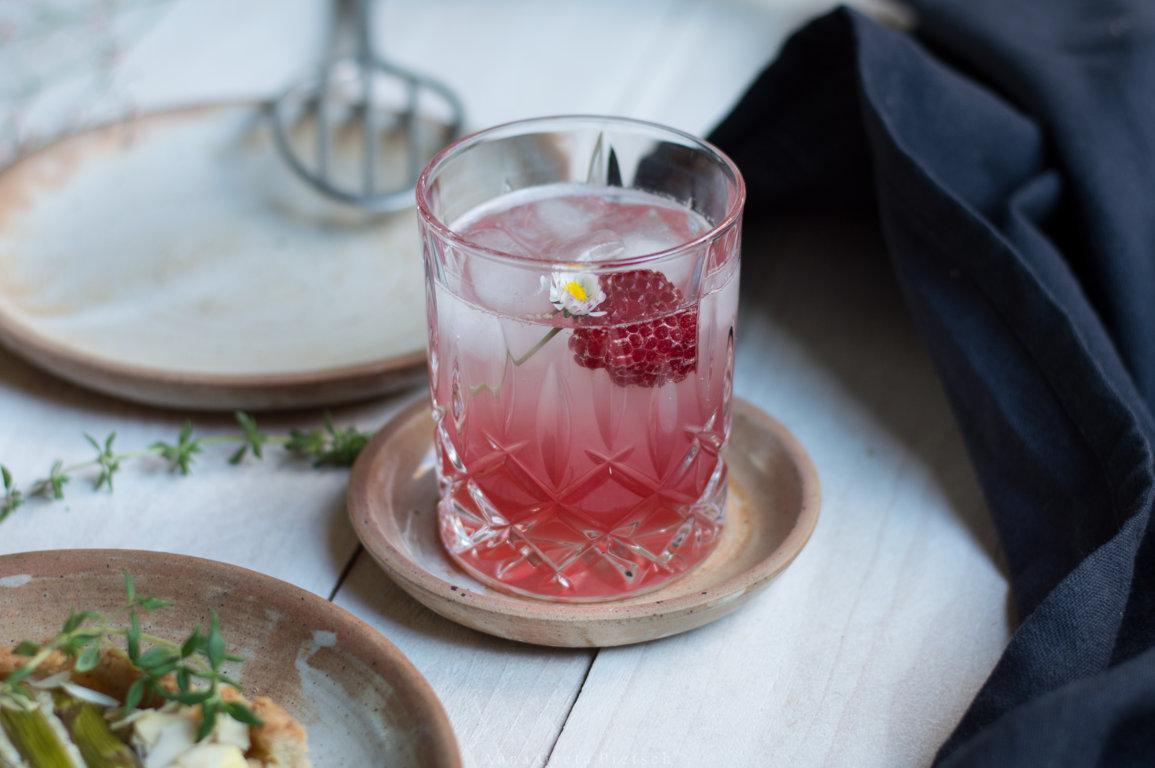 Glas mit Rhabarberschorle aus Rhabarbersirup