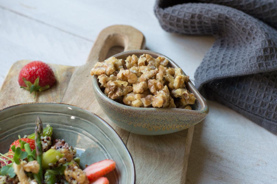 Schälchen mit karamallisierten Walnüssen als Salattopping