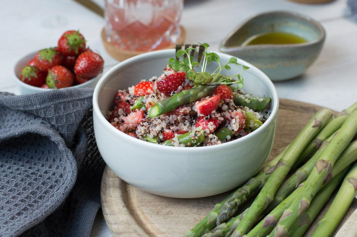 Bowl mit Spargel-Erdbeer-Salat und Quinoa