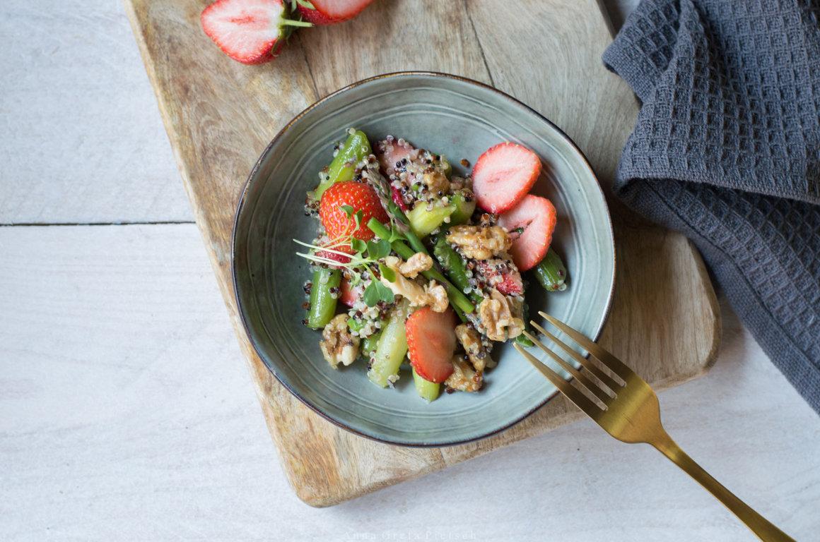 Salatschälchen mit Spargel-Erdbeer-Salat mit Quinoa
