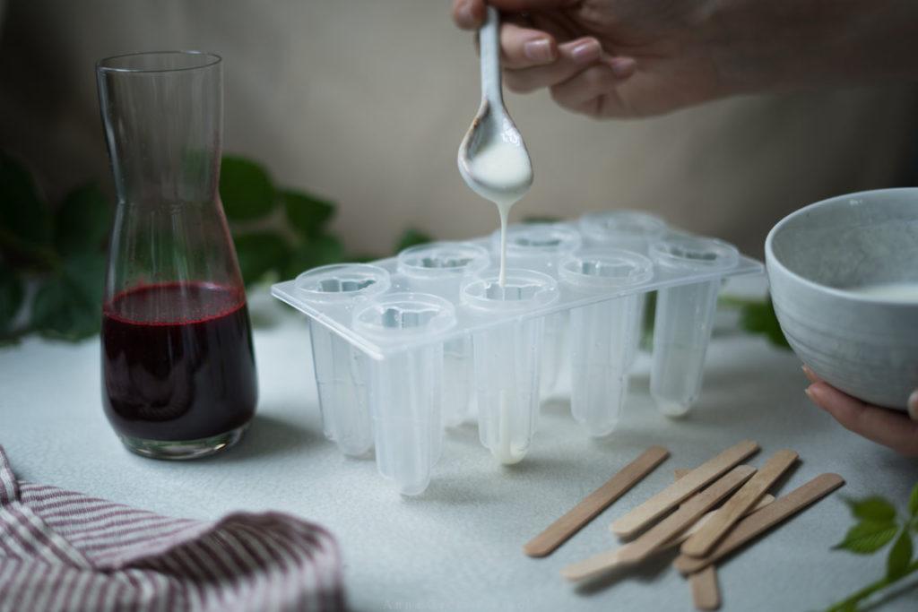 Die Zubereitung des Brombeer-Joghurt-Eis ist super einfach!