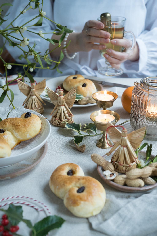 Kaffeetafel mit schwedischen Lussekatter