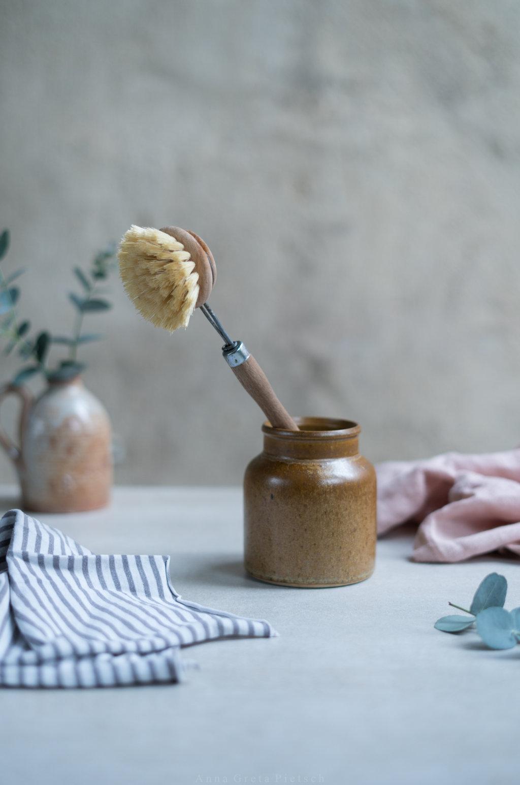 Auch Spülbürsten aus natürlichen Materialien können eine Alternative sein.