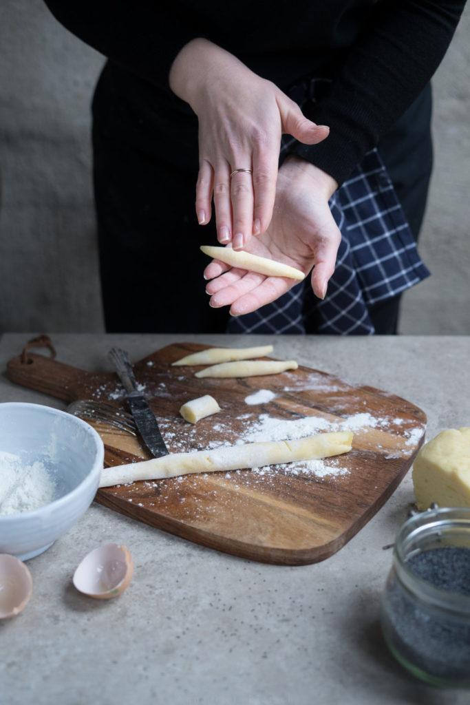 Zubereitung Schupfnudeln: Teig rollen