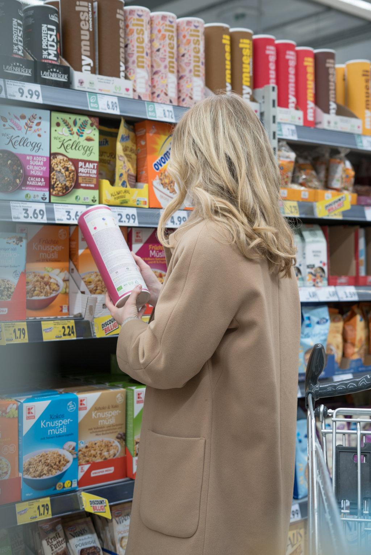 Das Lesen von Zutaten gehört bei einem glutenfreien Einkauf dazu!