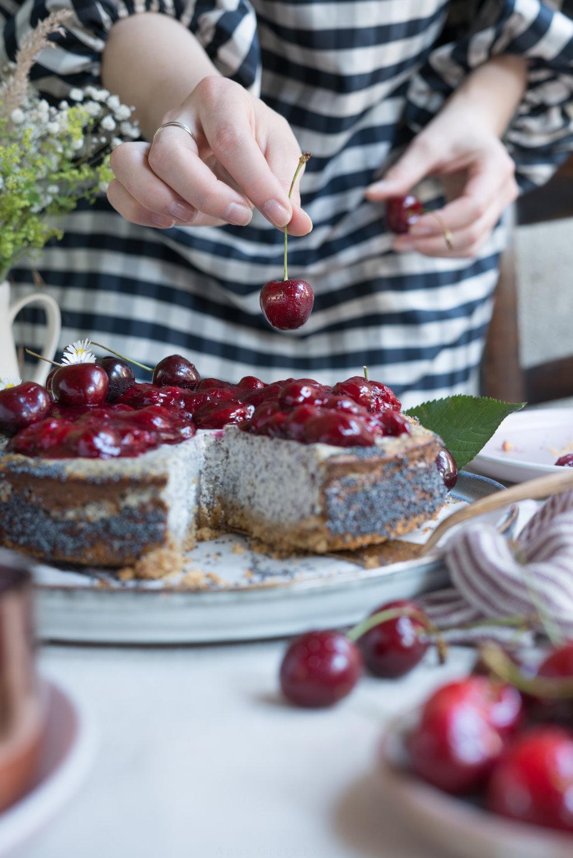 Cheesecake mit Mohn und Kirschen