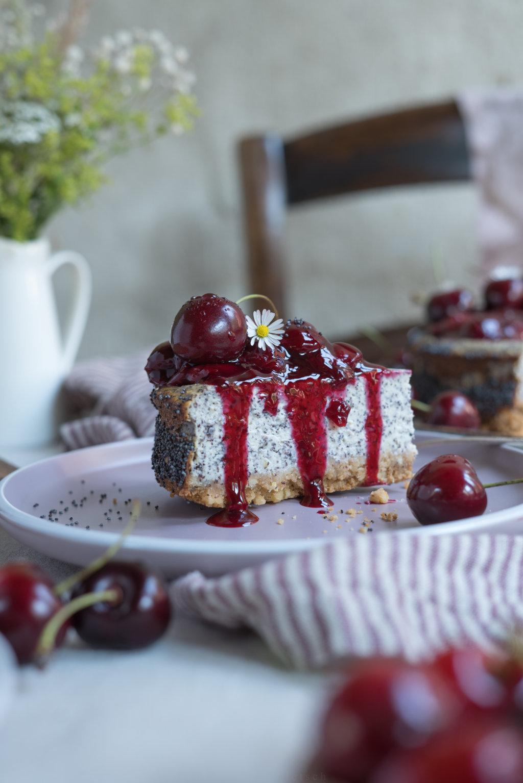 Mohn-Cheesecake mit heißen Kirschen