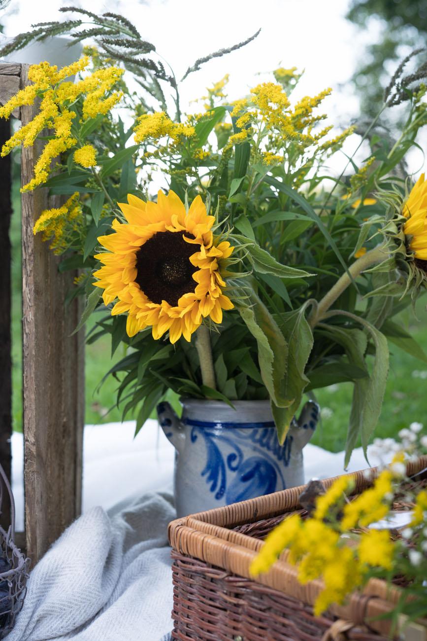 Blumenstrauß mit Sonnenblumen und Goldrute