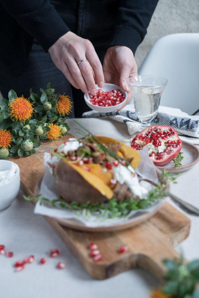 Granatapfelkerne für gefüllte Süßkartoffel