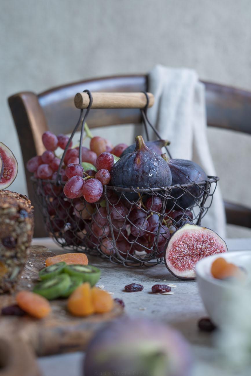 Obstkorb mit Feigen und Trauben